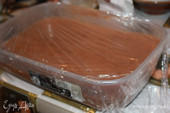 Вылить в пластиковый контейнер, охладить, накрыть пищевой пленкой и поставить в морозилку на 6 часов. Энергично перемешивать мороженое первые 2 часа деревянной лопаткой, чтобы оно получилось однородным (или используйте машинку для приготовления мороженого). По идее оно не должно сильно кристолизоваться. Обычно это происходит из-за жидкостей (таких как вода, фруктовые соки.....), а в этом рецепте жирные сливки. Если мороженое долго замораживалось (всю ночь), его нужно достать из морозилки и поставить в холодильник на 30 минут.