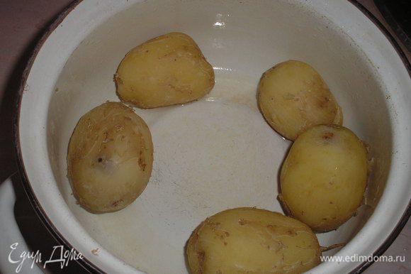 Картофель чистим и отвариваем в подсоленной воде до полуготовности.