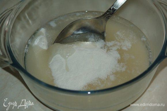 Замешиваем тесто. В муку с сахаром добавляем 5 ст.л. воды.