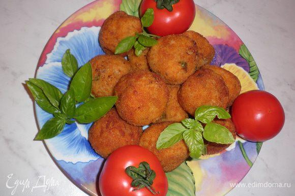 Обсушите готовые шарики на бумажных салфетках. Готовые аранчини подавать с соусом песто SACLA.