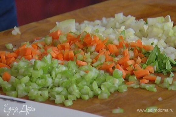 Морковь, лук и чеснок почистить и очень мелко порубить.