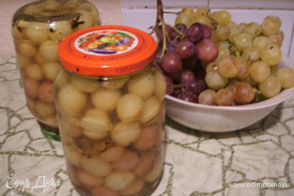 Отдельно сварить сироп: на 1 л. воды добавить сахар и эссенцию. Горячим сиропом заливаем виноград и стерилизуем 15 минут. Закатываем, а зимой наслаждаемся пикантным вкусом винограда!!!! Приятного аппетита!!!! За качество фото прошу прощения.