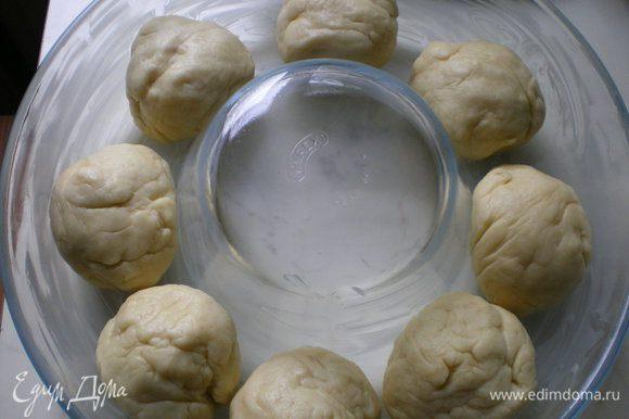 Выложить их в смазанную сливочным маслом кольцевую форму.
