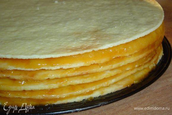 Даем коржам остыть, а затем промазываем абрикосовым пюре с сахаром(такие заготовки я делаю летом, перетирая абрикосы с сахаром, и храню в морозильной камере), но можно обойтись без этого, сверху наносим подготовленную начинку из кураги, расчитываем начинку так, чтобы осталось для боков торта и верха, так как последний корж не смазываем.