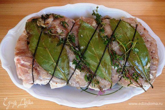 """Когда мясо замаринуется, """"запеленать"""" его в лавровые листики , чередуя их с веточками тимьяна. Перевязать кулинарным шпагатом."""
