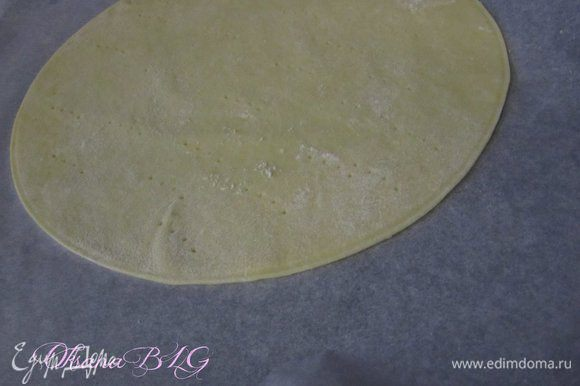 Тесто раскатать, очень тонко. противень застелить пергаментной бумагой, выложить тесто, наколоть вилочкой. Выпекать при температуре 190-200 градусов, до золотистого цвета.