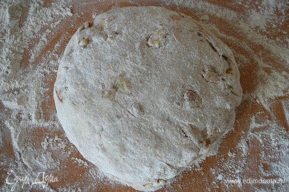 Разделить тесто на 2 части, из каждой сформировать по очень тугому шару.