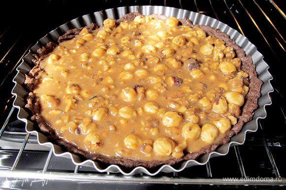 Готовую карамель вылить на остывший корж и отправить в духовку. Как только карамель на пироге закипит- выключить огонь и вынуть пирог. Хорошо его остудить. Тогда пирог будет можно нарезать. Тесто снизу получается мягким и послушным, начинка - слегка льющейся. А запах ...скажу я вам....умопомрачительный. Советую хорошо остудить пирог и поставить на часик в холодильник. Тогда у него будет еще и красивый срез. Я не дождалась полного остывания, стала резать сразу, поэтому начинка потекла. На следующий день - была совсем другая картина...)) Можно полить пирог шоколадным сиропом....