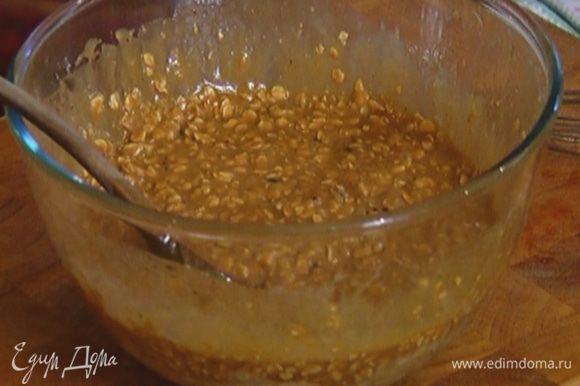 Добавить к муке с хлопьями цукаты, влить молочно-яичную смесь и растопленный сливочно-сахарный сироп, вымешать тесто.