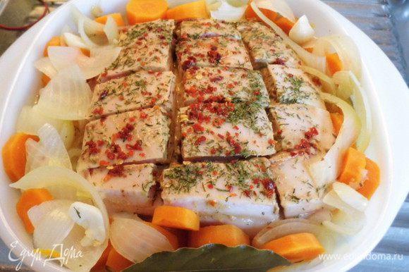 В форму для запекания (у меня жаропрочная стеклянная кастрюля) выложить замаринованное мясо, а вокруг него отваренные овощи. Аккуратно залить бульон и поставить кастрюлю в холодную духовку, которую включить на 50 минут на 200*.