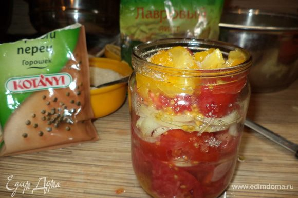 укладываем слоями помидоры в баночку и луком как бы прессуем слегка,чтобы выделялся понемногу сок,но помидорки не слишком мялись, перец горошком,1 лавровый лист и пересыпаем каждые слои лука и помидор (по луку) солью и сахаром как бы вы посолили простой салат из помидор,из моей практики это примерно одна чайная ложка соли и 1 столовая ложка сахара на поллитровую баночку,лучше немного недосолить,потому что потом в процессе стерилизации можно попробовать и подсолить,а потом после укупорки баночки перевернуть несколько раз чтобы и уксус перемешался.Все в процессе укладки дает сок и баночка почти полностью наполнена жидкостью