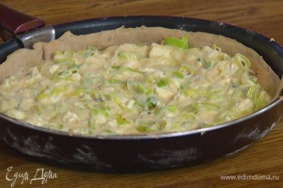 Вынуть корж из духовки, выложить на него начинку и выпекать еще 10 минут.