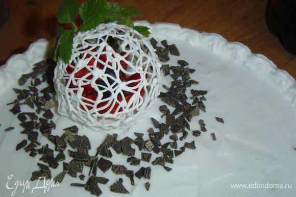 Украшаем торт стружкой белого и черного шоколада, ягодами, мятой и шариком из айсинга.