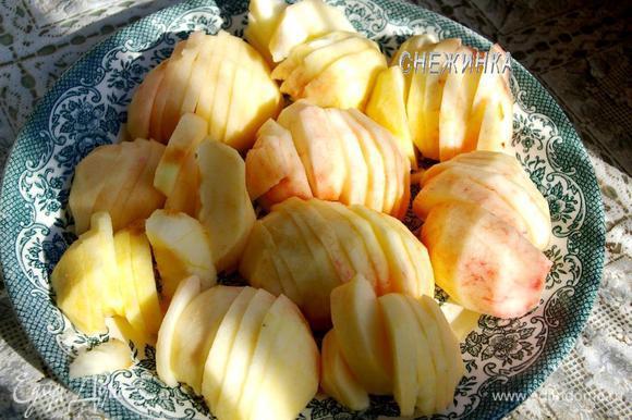 Яблоки очищаем от кожи, разрезаем пополам, удаляем сердцевину и нарезаем каждую половинку на дольки.