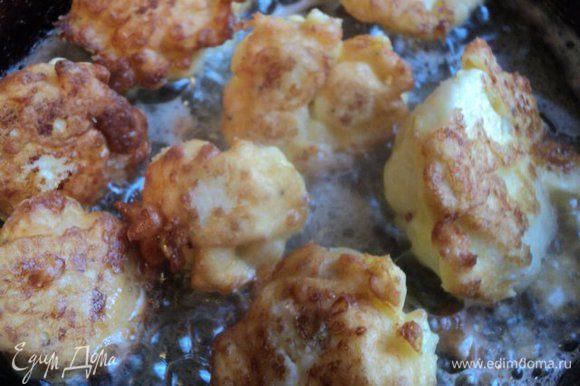 Разогреть на сковороде растительное масло. Окунуть в кляр капусту и обжарить со всех сторон до румяной корочки.