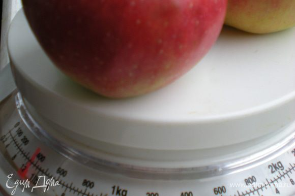 Яблоки вымыть, взвесить необходимое количество.