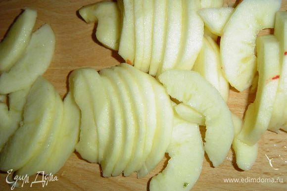 Яблоки очищаем, удаляем сердцевины, нарезаем тонко. Орехи измельчаем. Клубнику моем, обсушиваем и удаляем плодоножки.