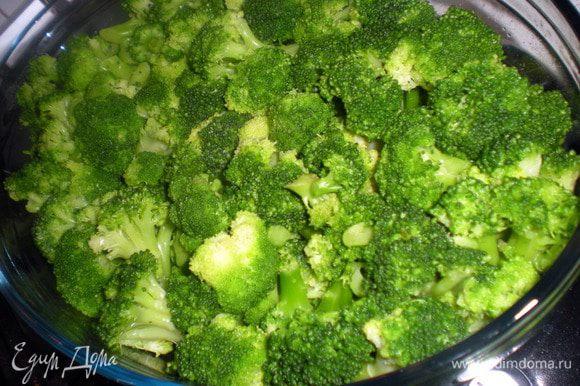 Выложить брокколи в форму для запекания.