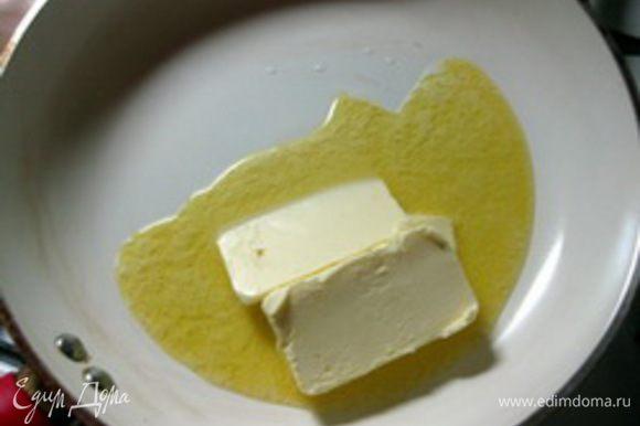 Соус. Молоко довести до кипения и снять с огня. Растопить на сковороде сливочное масло,