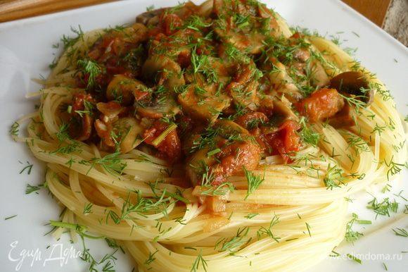 Подавайте со спагетти и посыпьте петрушкой или укропом.