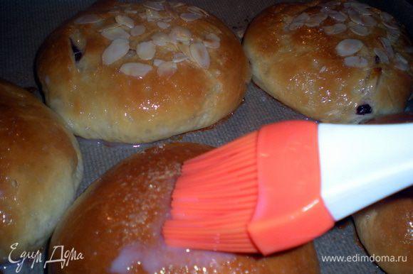 Готовые булочки вынимаем из духовке и сразу горячими смазываем глазурью.