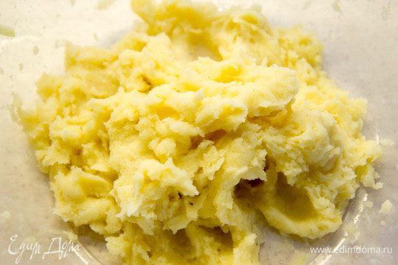 Сварить картофель и перетереть в пюре.