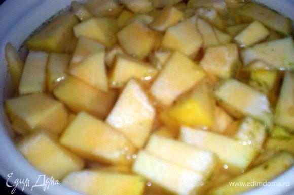 В доведенный до кипения овощной бульон выложить тыкву и отварить минут10-15.
