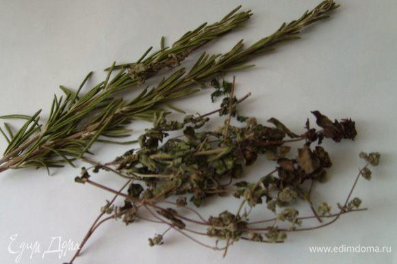 Для маринада необходимо листики орегано и розмарина, чеснок измельчить в блендере. Добавить оливковое масло, лимонный сок, соль, перец и перемешать.
