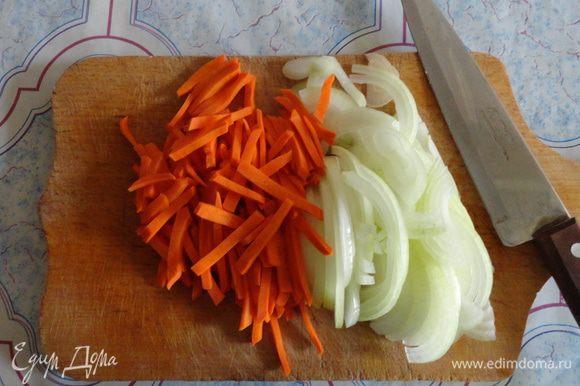 Нарезать лук полукольцами, морковь соломкой.