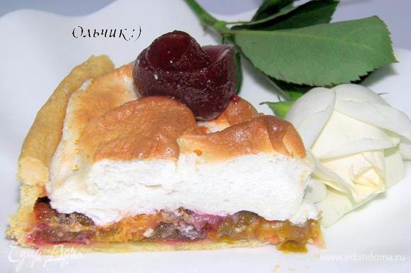 """Поверх каждого кусочка пирога выкладываем розу из сливового желе. Для этого обычной столовой ложкой проходимся по застывшему желе, разрезая его на полоски и аккуратненько наматываем полоску на ложку, затем снимаем """"розу"""" и укладываем на пирог. Зовем гостей, родных и близких и наслаждаемся все вместе кусочком пирога с чашечкой ароматного чая или кофе!"""