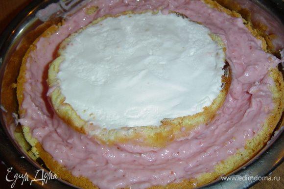 в центр помещаем бисквит с ванильным кремом, а все пространство вокруг заполняем клубничным кремом и отправляем в холодильник для застывания.