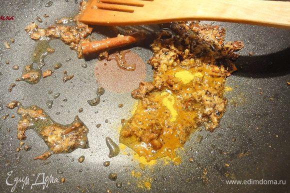 Когда семена аниса потемнеют (секунд через 30), добавьте куркуму и асафетиду (если она у вас есть)...