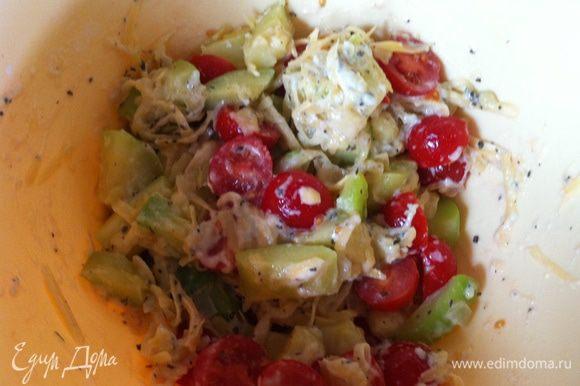 Томаты черри режем пополам, оставив маленькую веточку для декора. Смешиваем кабачки, томаты, сыр, базилик, мука, сахар, соль, перец.