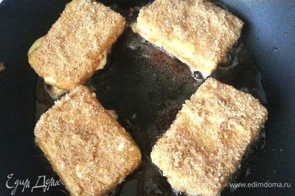 И аккуратно кладём в разогретое в сковороде масло.Обжариваем на среднем огне до поджаривания сухарей.