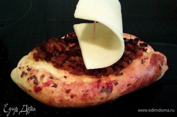 А можно еще их украсить парусами из сыра, закрепленного на зубочистке. Приятного аппетита!!!