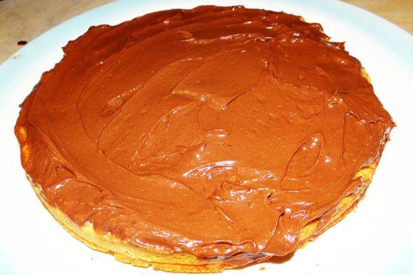 На остывший песочный корж положите шоколадный крем и сверху накройте бисквитом. Оставьте на пару часиков в холоде.