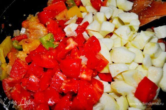 Предварительно вымыть помидоры и яблоки,нарезать дольками, добавить к овощам и обжаривать всё вместе ещё 5 минут минут.