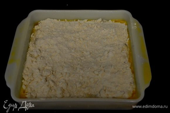 Выложить тесто в квадратную форму промазанную слив.маслом. Разровнять.Сверху распределить отложенный 1 стак. крошки. И поставить в духовку разогретую на 180 гр. 25-30 мин. Центр проверять зубочисткой.