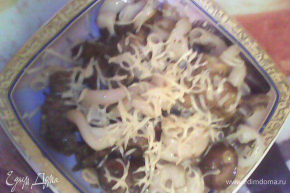 Соединить пасту и соус, посыпать тертым сыром.Приятного аппетита!