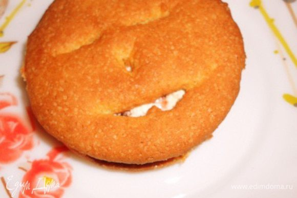 и накрыть мордочкой, получается вот такое печенье-сэндвич.... Приятного чаепития.....