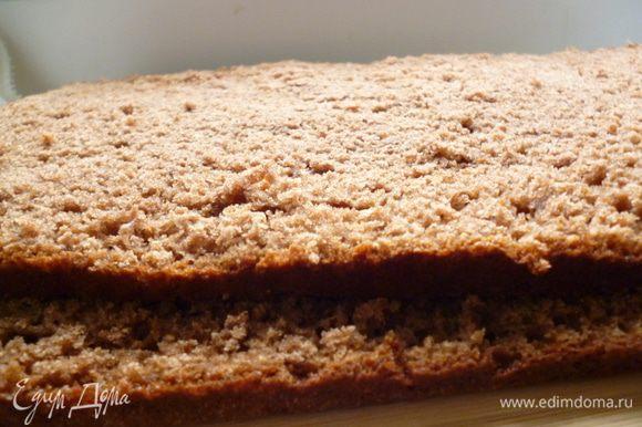 У бисквита срезать верхушку примерно на 1 см и измельчить руками в крошку для украшения боков торта. Затем разрезать бисквит на три коржа.