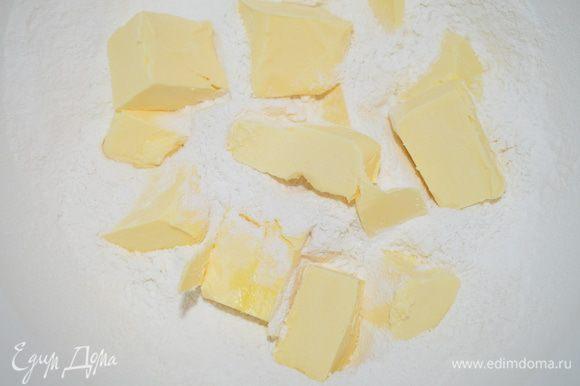 Добавляем нарезанное на кусочки масло (холодное) и растираем в крошку руками