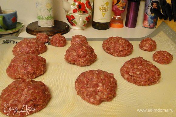 Мясо с луком перекрутить, посолить, поперчить, добавить специи, сливки, яйцо, хорошо вымешать и отбить..
