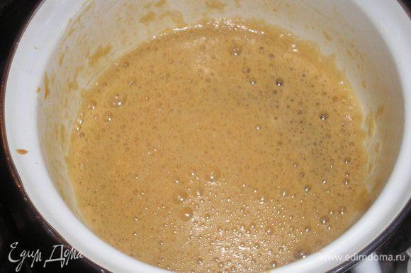 Для кастрюльку с толстым дном кладем мед и соду и непрерывно помешивая доводим смесь до коричневого цвета.
