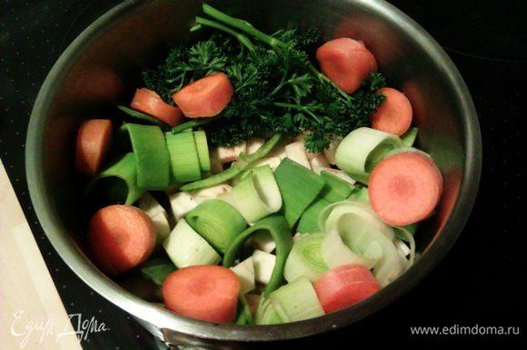 Крупно нарезаем овощи и петрушку, выкладываем в небольшую кастрюльку.