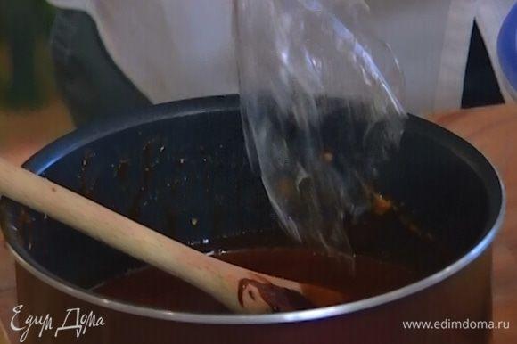 Набухший желатин промокнуть бумажным полотенцем, добавить в сливки с карамелью и перемешать, так чтобы не осталось комочков.