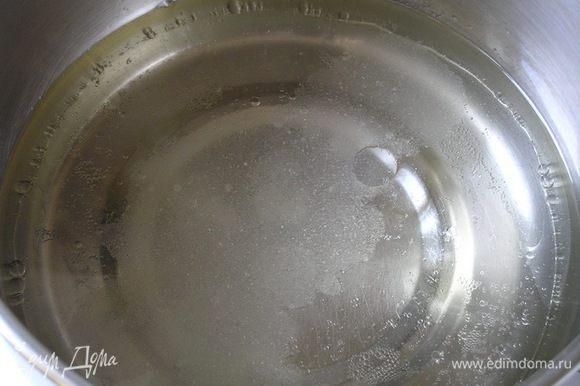 Приготовить тесто. Воду смешать с растительным маслом и солью, довести до кипения,