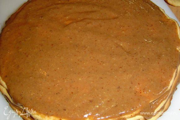 Теперь приступаем к сборке торта. Коржи смазываем кремом и отправляем в холодильник на часок.