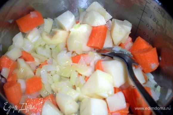 Как лук станет прозрачным добавить картофель и морковь. Немного потушить.