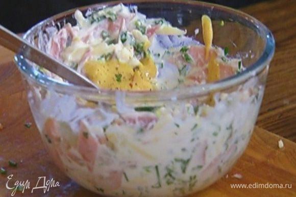 Сыр соединить с йогуртом, добавить ветчину, зелень, горчицу, посолить, поперчить и перемешать.